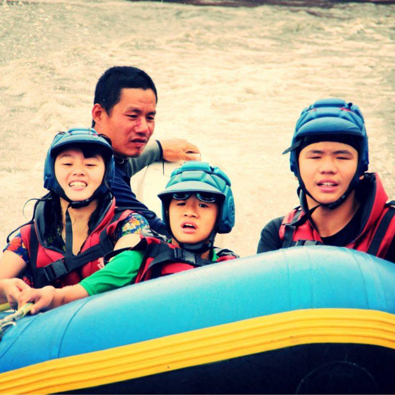 怕水的小朋友可乘坐由救生員駕駛的快艇